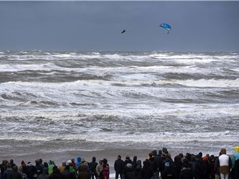 You won't believe the conditions these guys rode in! - Kitesurfing News